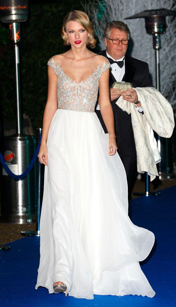 Vedere sul palco Taylor Swift, il Principe William? Succede a Londra, e lei era bellissima con le scarpe di Renè Caovilla e l'abito di Jenny Packham.