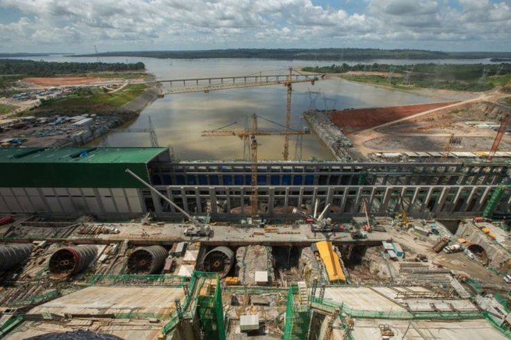 """  abril.2016   A concessionária Norte Energia, dona da hidrelétrica de Belo Monte, foi multada pelo Ibama em mais R$ 27,3 milhões, por conta da morte de 16,2 toneladas de peixes durante o processo de enchimento de seu reservatório. Além de ser responsável pelo crime ambiental, a empresa também foi punida por apresentar """"informações parcialmente falsas"""" sobre a contratação de trabalhadores para resgate dos peixes."""