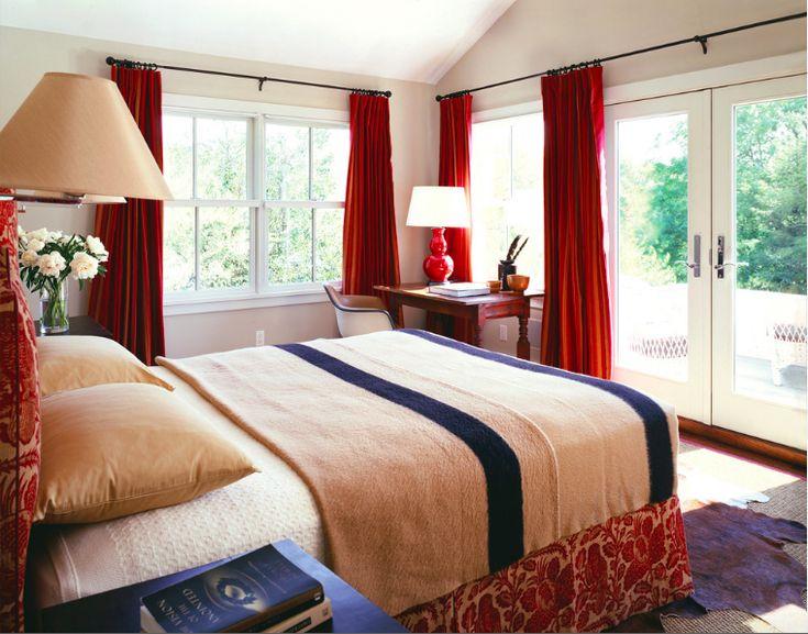 Выбираем шторы для спальни: материалы, колористика и 50 трендовых дизайнерских решений http://happymodern.ru/dizajn-shtor-dlya-spalni-47-foto-vybiraem-cveta-i-tkani/ Традиционная спальня с вишневыми классическими шторами