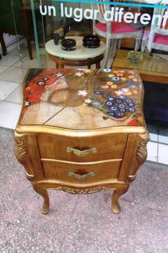 OLIKA- Mesa De Luz Estilo Luis Xv Tapa Lámina Klimt Pátina Dorada - $ 3.300,00