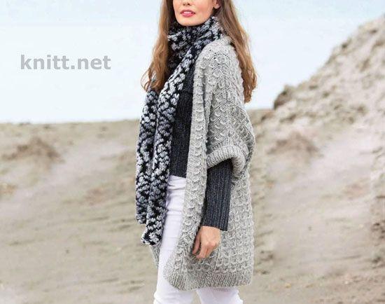 Светло-серый жилет и меланжевый шарф спицами. Безразмерный жилет с накладными карманами и леопардовый шарф из фасонной пряжи станут чудесным ансамблем