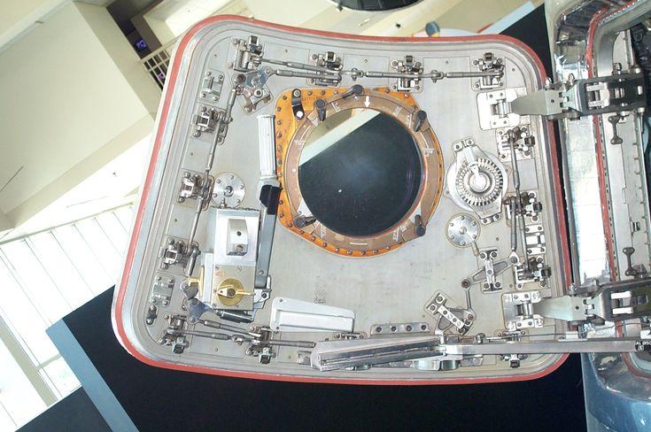 http://americanspacecraft.com/images/apollo/seattle/007e.JPG