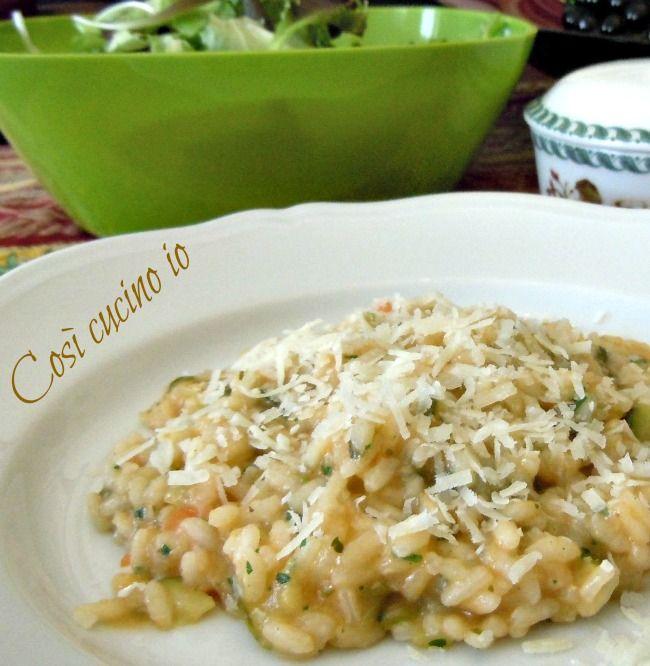 Risotto alle verdure: Ingredienti: (2 persone) -160 gr. di riso vialone nano -un porro -un pezzo di sedano -una carota -una patata -3-4 foglie di insalata romana -2 pomodori ciliegino -una zucchina -uno spicchio d'aglio -prezzemolo tritato -q.b. di olio extravergine di oliva -sale e pepe -una noce di burro -un cucchiaio di latte -q.b. di brodo di pollo -q.b. di parmigiano grattugiato