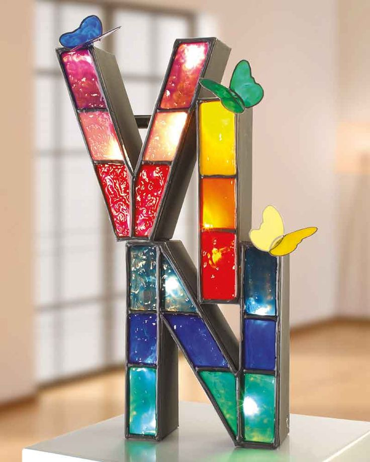 """Buchstabenlampe (Idee mit Anleitung – Klick auf """"Besuchen""""!) - Jetzt bekommt jedes Kind eine eigene bunte Namenslampe mit dem Spitznamen! Mit Fenstermalfarben, Papp-Art-Buchstaben und einer Lichterkette lässt sich diese besondere Lampe leicht nachbasteln."""