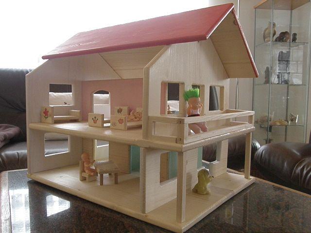 Domeček pro panenky. Sen každej Vašej princeznej.Priestranný a realistický domček pre malé bábiky.Vyrobené zo smrekového lepeného masívu - škárovky.Všetko kolíkované a lepené,žiadne rušivé skrutky.Vaša princeznička si môže nábytok a bábiky vkladať z dvoch otvorených strán.Farby a laky sú ekologické,určené na detské hračky.Na balkóne je použité plexisklo o ...