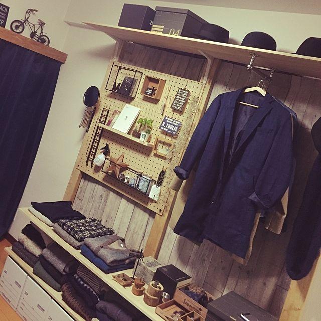 男性で、2DKのディアウォール/いなざうるす屋さん/セリア/壁紙屋本舗/フェイクグリーン/ポストカード…などについてのインテリア実例を紹介。「服は見せる収納でショップ風にしてます(^-^)/」(この写真は 2016-11-27 22:56:45 に共有されました)