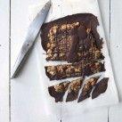 Snickers är en populär LCHF-dessert och godis. Här är en variant med supergott mandelsmör med små bitar mandel i smöret, blandat med hackad mandel och en gnutta flingsalt.