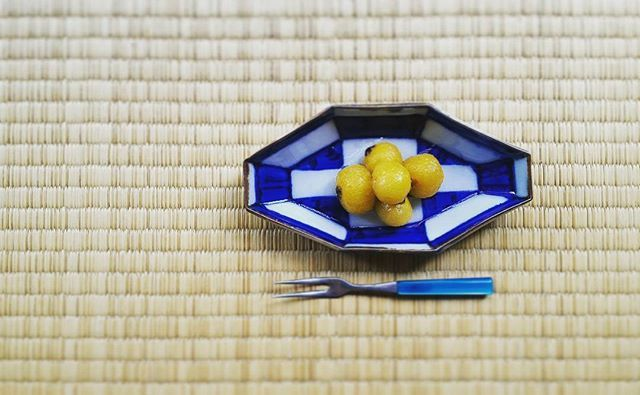 枇杷コンポートに。 . . . #pottery #bizen #landscape  #nature #natural #plants #flower #light #ikebana #art #artsandcrafts #craft #crafts #ceramic #atelier #ceramics #bowl #vase #japan #loquat #hitoshimorimoto #皿 #器 #うつわ #いけばな #なげいれ #染付 #森本仁mm_hitoshi