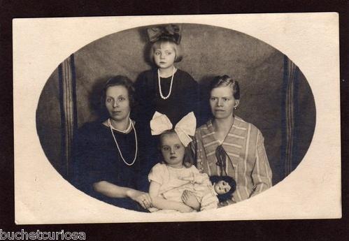AK/Foto Mädchen mit prächtigen großen Haarschleifen und Puppe um 1920