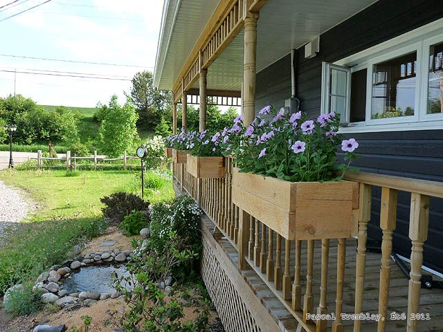 Wooden Railings Flower Boxes.DIY building instructions: http://www.usa-gardening.com/flower-box/flower-boxes.html