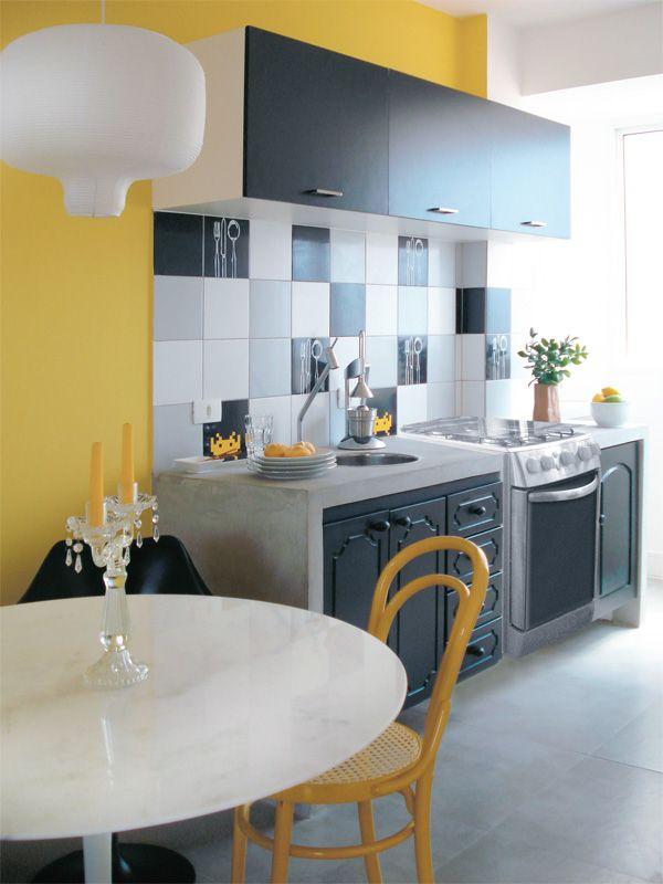 Cozinha com parede amarelaPared Cimento Queimado, Kitchens Decor, Decor Ideas, De Cimento, Interiors Design, Black Kitchens, Decorating, Cooking, Cozinha Amarela