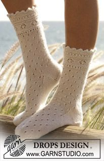 "DROPS socks with lace pattern in DROPS ""Alpaca"". ~ DROPS Design Awesome!!"