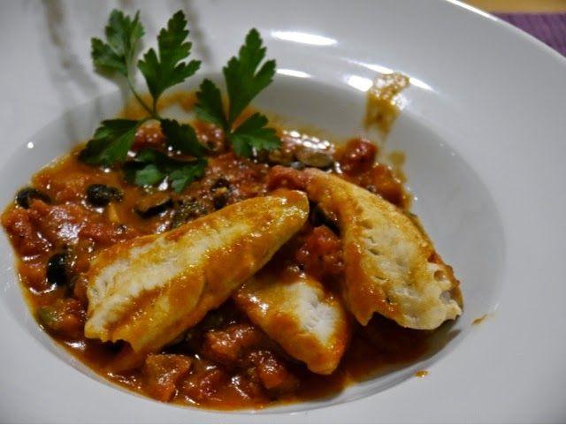Ryba na pomidorowo – oliwkowej kolderce z kaparami