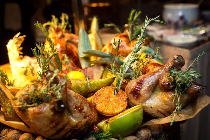 Цыпленок гриль с медом и горчицей с салатом Ромейн и заправкой из анчоусов