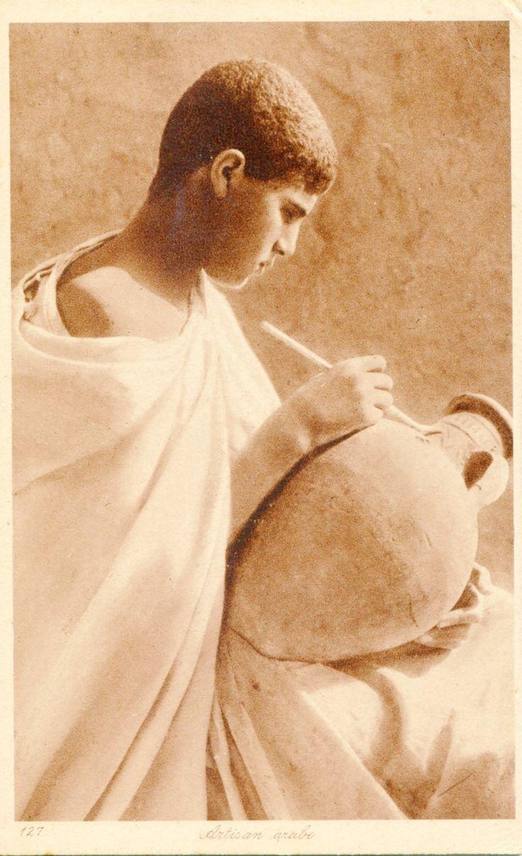 Briefkaart van Lehnert en Landrock (1904/39) Na een bezoek aan Taormina besloot Lehnert met Landrock in Noord-Afrika te fotograferen. Dit betrof heel veel erotische foto's van jonge vrouwen. In dezelfde context staat het kleine aantal foto's van jongens en jonge mannen. Door de mantel zo te draperen dat schouder en nek bloot komen te liggen ligt daar de focus van deze foto. De foto zegt meer over L&L en hun clientèle dan over de cultuur die zij fotografeerden. Col. C. de Mol