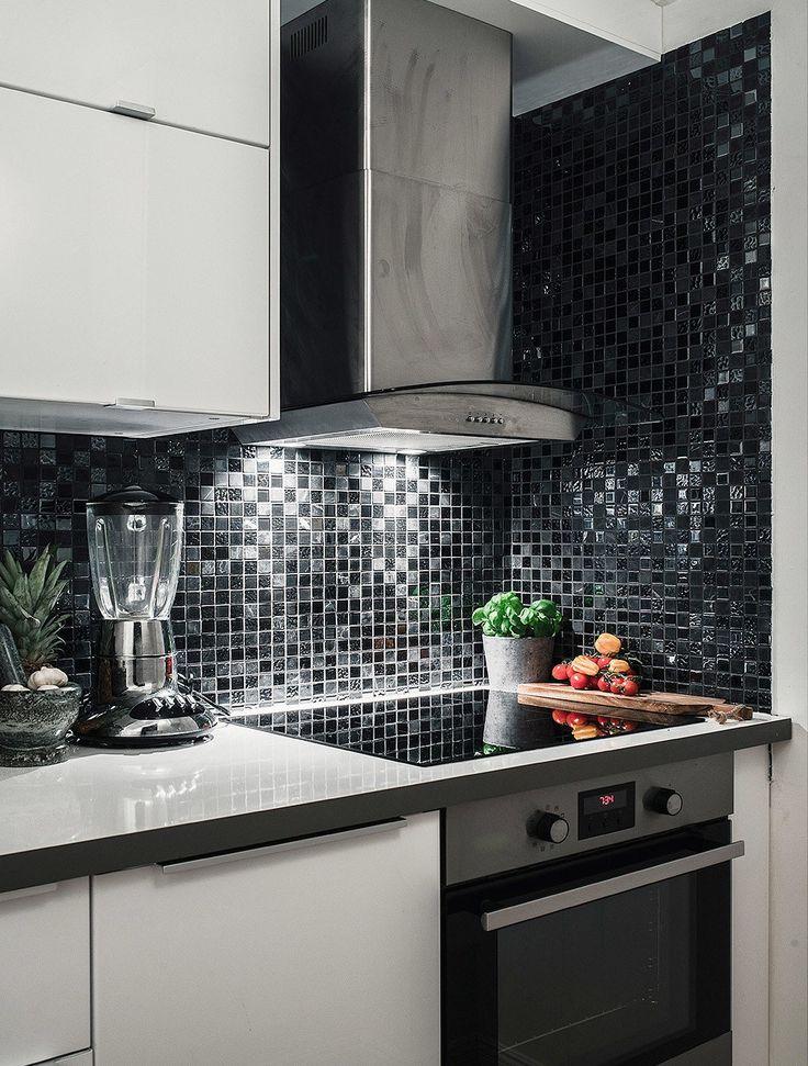 Кухня выдержана в черно-белых тонах с вкраплениями металла бытовых приборов.