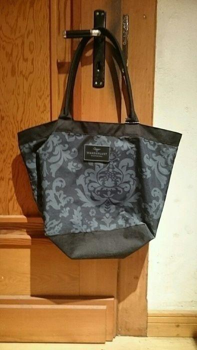 Biete hier eine sehr gut erhaltene Tragetasche in schwarz die mit einem blauen Muster versehen ist. Ich selber habe sie als Schultasche benutzt und sie trägt keine Gebrauchsspuren.
