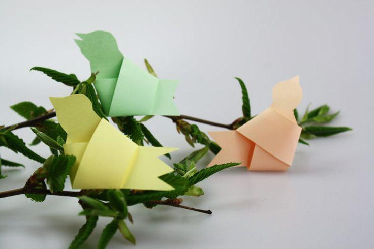 Papier-Vögel als Deko1Papierstreifen zurechtschneiden und verknoten.2Knoten sanft platt drücken (aber nict ganz).3Schwanz zuschneiden.4Kopf zuschneiden.5Schnabel gestalten.