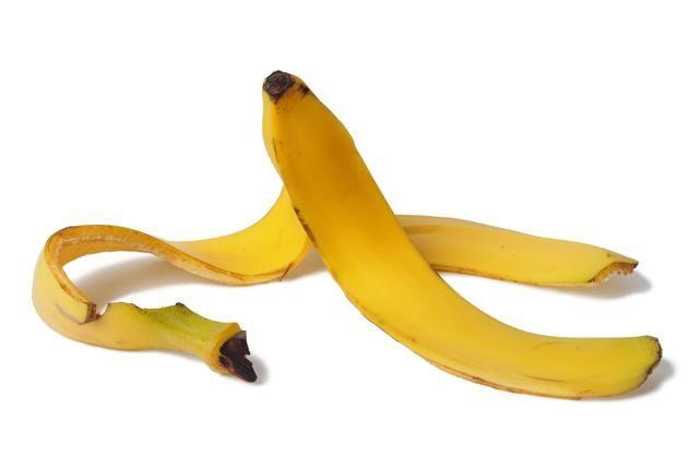 20/ Les peaux de banane : Frottez l'intérieur d'une peau de banane sur vos dents pendant environ une minute et laissez reposer dix minutes. Puis brosser avec une brosse à dents sèche. Renouvelez plusieurs fois par semaine. Au fil des jours, vos dents vont se mettre à blanchir
