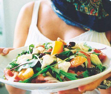 Avokado- och bönsallad med fetaost är en somrig, mättande och nyttig sallad som passar lika bra som ensamrätt som ett välkommet inslag på buffébordet.