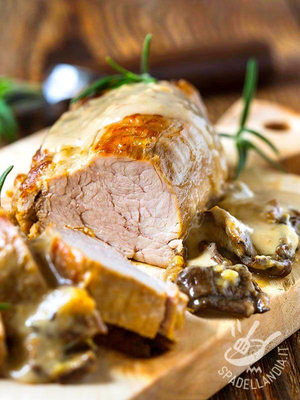 Roast veal with mushroom cream - L'Arrosto con crema di funghi è un classico piatto gustosissimo adatto ai pranzi in famiglia, quando si ha voglia di un piatto consistente e succulento! #arrostoaifunghi
