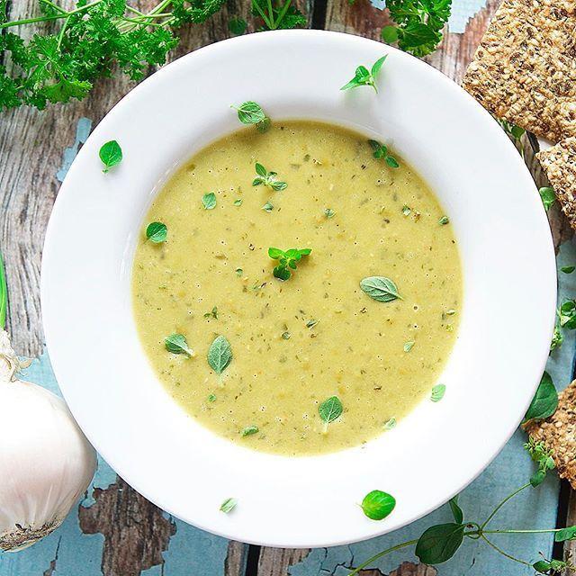 Mmm, yummy green pea soup with coconut milk, thyme and parsley🌿🍵 served with gluten free homemade crisps. This dish is part of my vegan dinner subscription box in Norway💎 // Ønsker du deg en helvegetariske/vegansk #matkasse levert rett hjem på døra? Velg mellom 3-5 middager, 1-4 personer og mellom original eller #glutenfri✅ Vi leverer til hele landet, tenk deg det! For vi syntes det skal være enkelt for alle å spise #plantebasert, ikke bare dersom du bor i storbyen😇 Bestill før søndag…