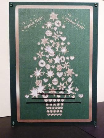 A Christmas tree made from snowflakes, stars and baubles, on a green background with a gold border. The text is in French.