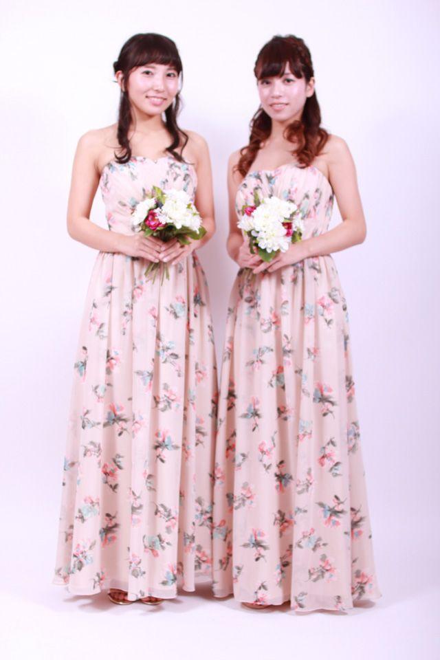 落ち着いたピンクベージュの花柄がロマンティックな雰囲気のロングのブライズメイドドレスです。事前試着付きで結婚式を安心してお迎えいただけるレンタルプランです。