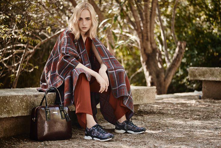 #fashion #trend #fullahsugah #streetstyle #bag #poncho #totallook #sneakers #aw20152016