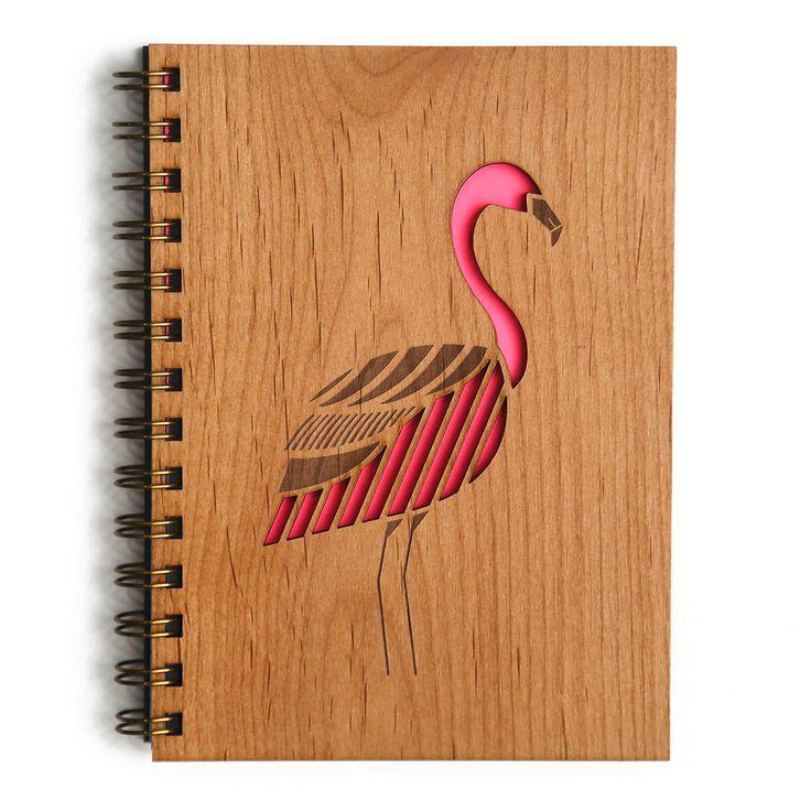 """Manualidad de un  cuaderno con cubierta de madera para todas sus ideas brillantes. ¡Un regalo perfecto para cualquier edad! - 5,25 """"x 7,25"""" (5 """"x 7"""" páginas) - 80 hojas blancas en blanco / 160 páginas - Funda trasera de cuero marino con logo dorado"""