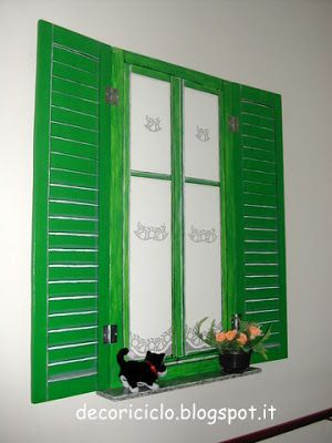 finestra trompe-l'oeil, dipinta con colori acrilici su pannello di compensato, con persiane mobili (anch'esse dipinte su compensato)