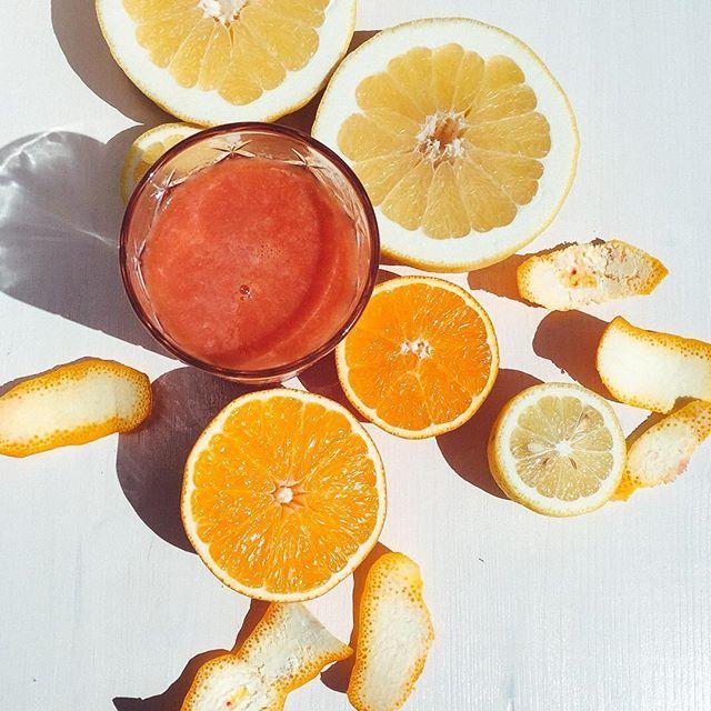 Eaaaasy like sunday moooorning... Tagga un amico per condividere la ricetta Centrifugato / Estratto 1 Pompelmo il Succo di un Arancia Rossa 1/2 Limone (con tutta la buccia!)   #lacentrifuga #sicilianista #sicily #food #juice #purejuice #juicing #madewithlove #handmade #orange #lemons #lime #juice