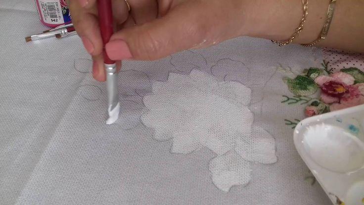Como muitas pessoas tem dúvidas em relação á como preparo o tecido, como uso os diluentes e quais pinceis eu utilizo, resolvi gravar esse pequeno vídeo escla...