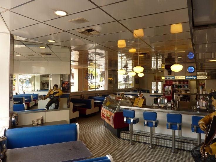 soda-rock-diner-melbourne-1950s-50s-bar-stools-counter-booths-jukebox-schoolhouse.jpg (900×675)