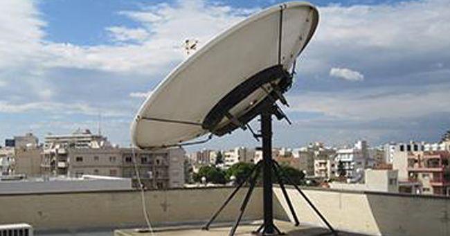 Legato sotto il sole all'antenna parabolica del terrazzo di casa: la disavventura di un cane