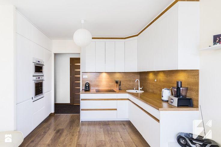 Białe meble do kuchni z elementami w kolorze drewna - Kuchnia, styl nowoczesny - zdjęcie od 3TOP Meble