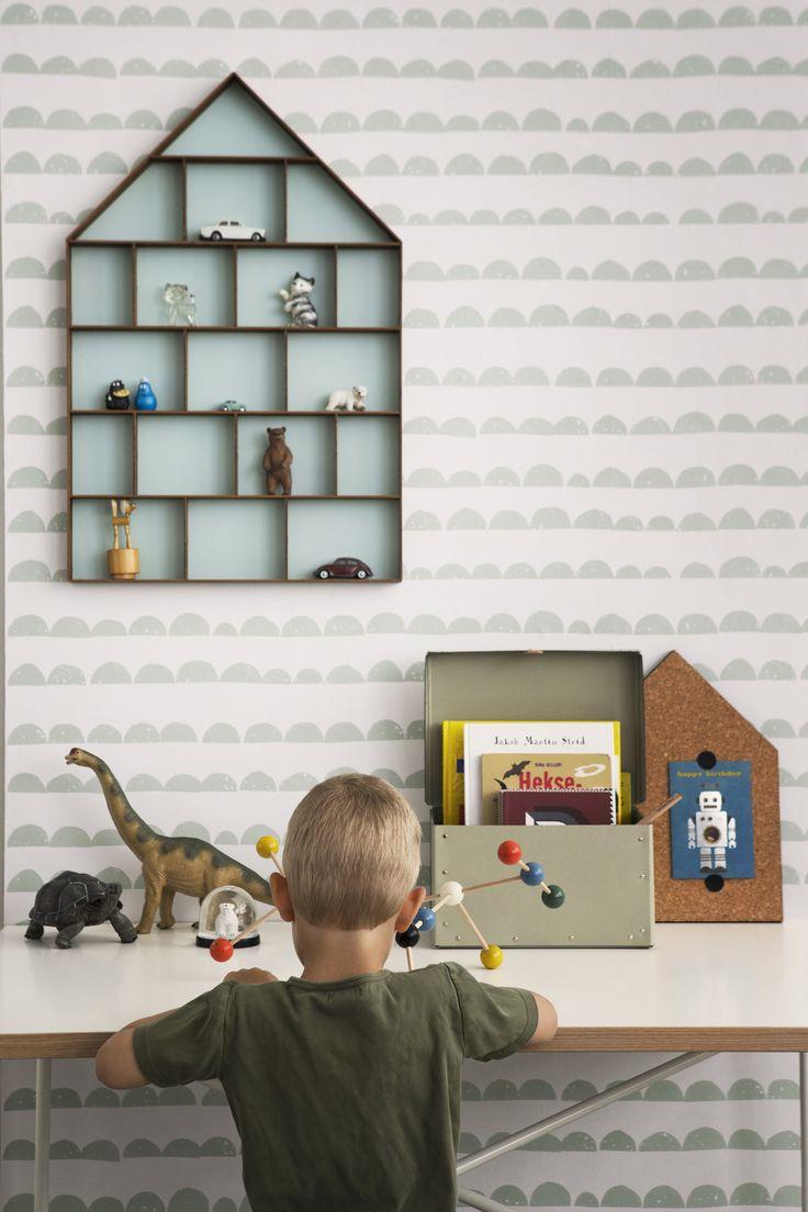Käytännöllisyys ja ilmeikkyys korostuvat lastenhuoneen sisustuksessa. Sisustuksessa käytetyt tuotteet: Ferm Living Half Moon -tapetti, The Dorm -seinähylly.