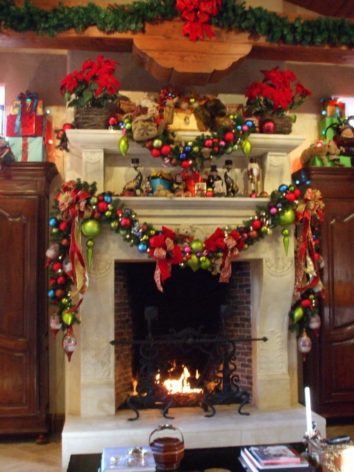 Via leanne michaels happy holidays pinterest over for Christmas mantel decorations garland
