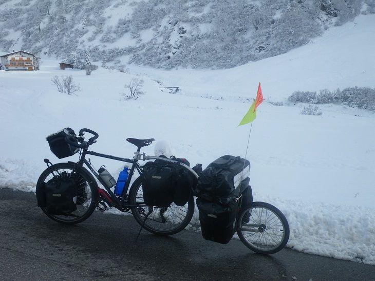 Beteteros trailers Evo 2 maraton coronando el puerto del Monte Albergpass en Suiza