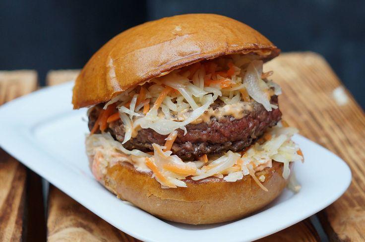 """""""Der Krautige""""  Burger mit 180g reinem Rindfleisch, hausgemachtem Krautsalat aus Kraut von Familie Böhm aus Bellheim und unserer Bürgersauce. #DeliBurgers #Karlsruhe #Burger #BurgerDerSaison"""