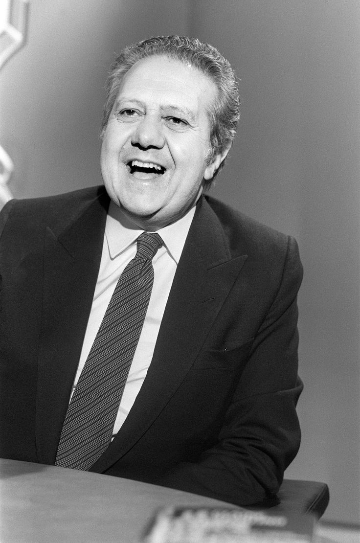 """Portuguese Prime Minister Mario Soares poses during the TV programm """"7/7"""" on TF1 channel, on May 6, 1984, in Paris.        (Photo credit should read PHILIPPE WOJAZER/AFP/Getty Images)"""