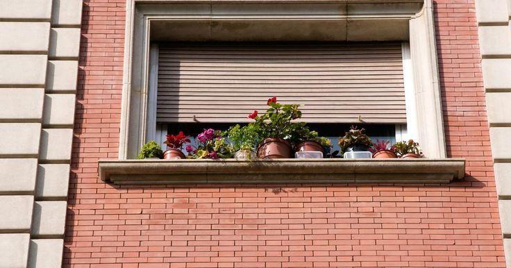 Como fazer caixilhos de madeira. Um caixilho é a parte da janela que abre e fecha. Um caixilho simples de madeira pode ser feito para a janela de uma casa, ou apenas uma velha abertura. Para fazer um, você precisará de medidas específicas e madeira. Os materiais podem ser encontrados em lojas de material de construção.