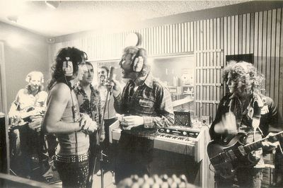 Alice Cooper, Keith Moon, Harry Nilsson Marc Bolan at billion-dollar-babies-sessions