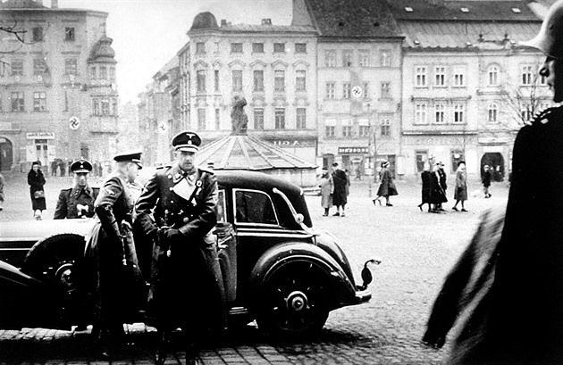 Druhý nejvyšší nacista v protektorátu Čechy a Morava býval nejednou hostem v Jihlavě. Fotografií z té doby se dochovalo hned několik. Život nacistického pohlavára skončil před 70 lety na jaře za slunečného dne na popravišti.