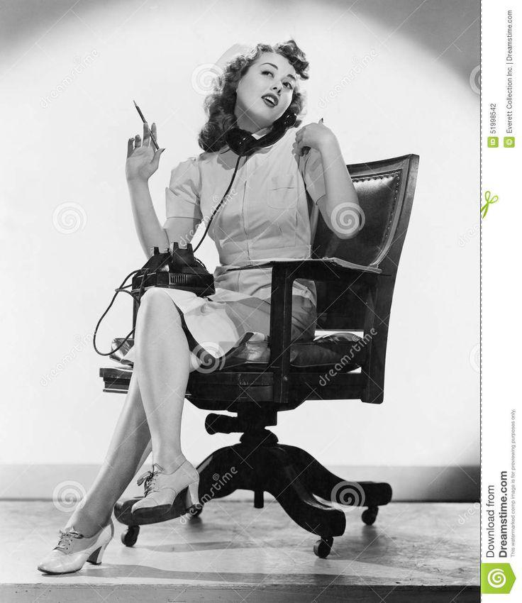Retrato Da Enfermeira Que Fala No Telefone (todas As Pessoas Descritas Não São Umas Vivas Mais Longo E Nenhuma Propriedade Existe Foto de Stock - Imagem de assistentes, cheerful: 51998542