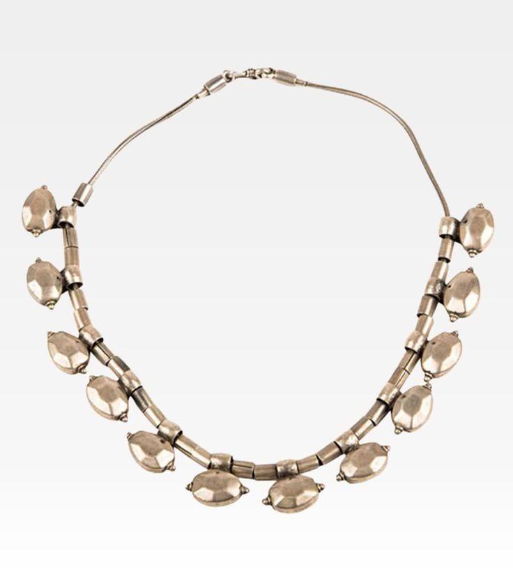(7000-0023) Antica collana indiana. Un gioiello antico dal design moderno ed originale, nel piccolo snake si alternano perle cilindriche e bellissimi ciondoli a forma di ellisse. Una collana che conquista al primo sguardo, che coniuga semplicità e originalità