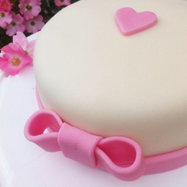 Hier findest du ein Rezept für eine 3-stöckige Zitronen-Buttercreme-Torte mit Ø 20 cm. Ideal zum Überziehen mit Fondant & als Anschnitt-Torte zur Hochzeit.