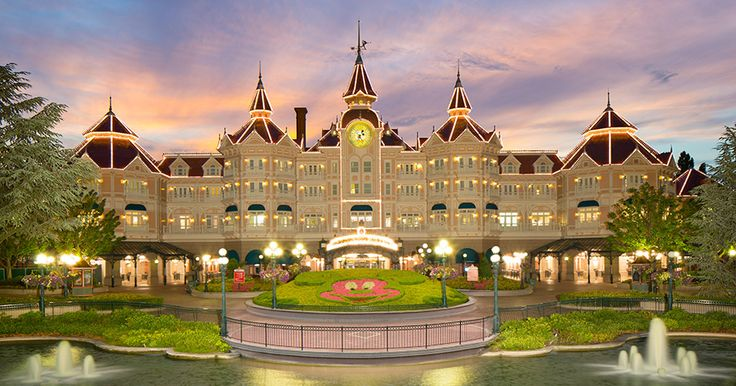 A Victorian-style luxury hotel right on the doorstep of Disneyland Park.