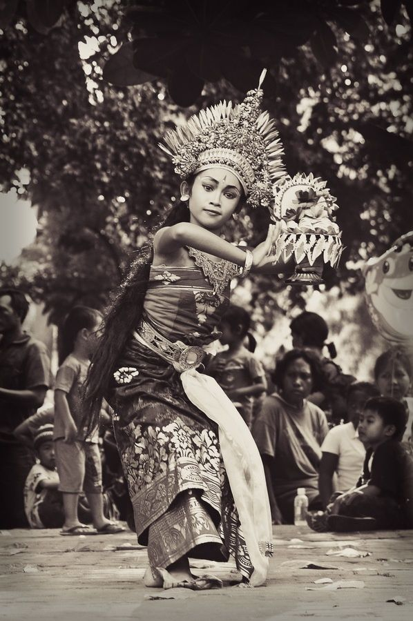 BALINESE DANCER.....SEKAR JAGAD DANCE.....PHOTO BY ISMAIL ILMI....ON FLICKR.....PARTAGE OF KT.......