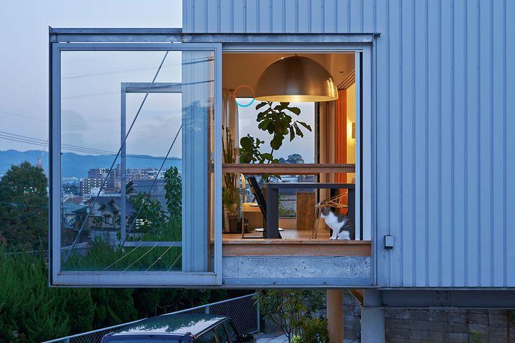all photos(C)河田弘樹 今津康夫 / ninkipen!による、奈良・生駒の住宅を改修・増築した、照明ブランドのショールームとギャラリー「NEW LIGHT POTTERY」です。もともとの住宅も今津の手によるもので、2013年に「4n」として発表されていました。アーキテクチャーフォトで特集した際の記事はこちら。 奈良に拠点を置く照明ブランドNEW LIGHT POTTERYのショールームとギャラリーの新築である。 ショールームは、2013年に竣工した彼らの住宅兼スタジオに改装を加え、NEW LIGHT POTTERYのプロダクトをリアルな暮らしの中で体験できる場へとリニューアルし、ギャラリーはその離れとして平屋の小さな建築を増築した。 よう壁との間に残された隙間に建つギャラリーは、屋根をくの字に折り曲げてスタジオへの環境を確保しながら、自らは僅かに残された屋根と壁から分散して光を取り込むことで、工業的なアプローチとクラフトマンシップを両立させ細部までにこだわった彼らの照明器具を柔らかく照らし出している。 暮らしに欠かせない灯りを丁寧に選びたいと思う多くの...